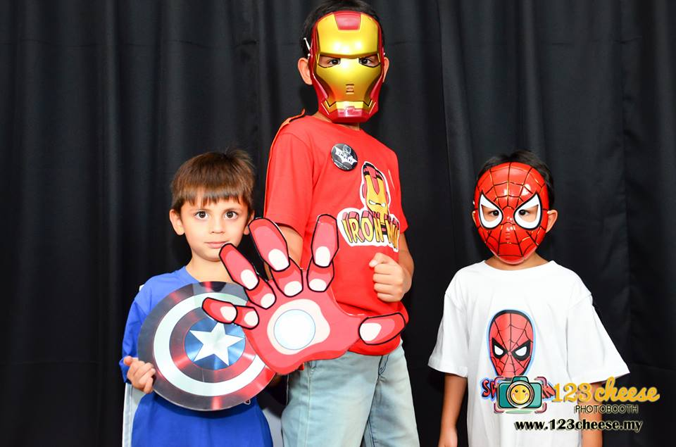 The Iron man, American Captain and The Spiderman can to 123cheese to capture  a photo.