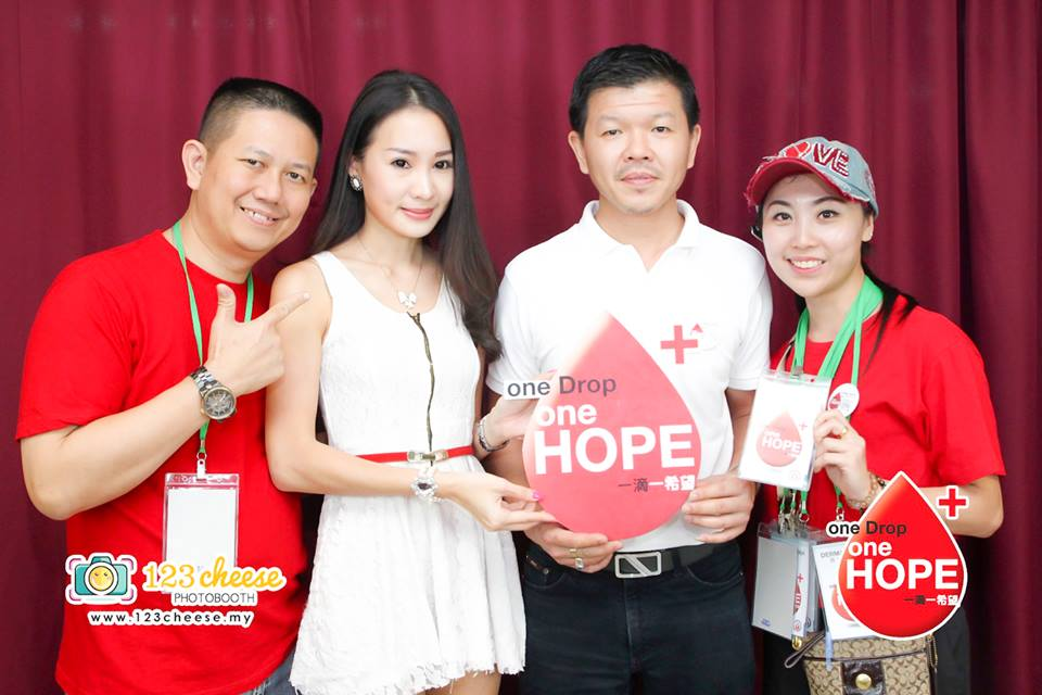 From the left-William(organizer), Pariz(Model), (donator), momoko(Organizer/Mrs international pageant)